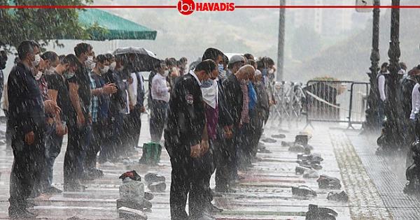 Ankara'da Yağmur Altında Cuma Namazı