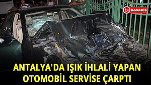 Antalya'da ışık ihlali yapan otomobil, servise çarptı
