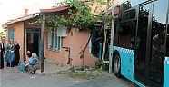 Ümraniye'de halk otobüsü eve çarptı